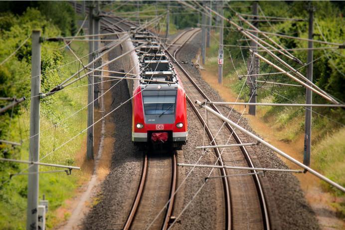Ein Zug fährt über die Gleise