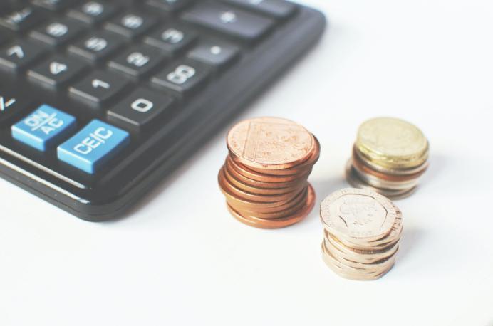 Ein Taschenrechner und ein paar Münzen