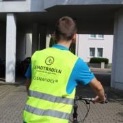 Stadtradeln. Eine Person ist von hinten zu sehen, wie sie Fahrrad fährt